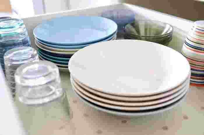 キッチンボードの下に敷くのがでおすすめの使い方。食器の下に敷くことですべり止めになり、抗菌加工で食器類を清潔に保管できます。引き出しを開けるときにも動きにくくなって扱いやすくなりますよ。