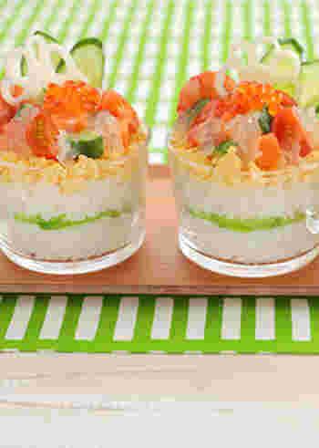 まろやかな酸味とフルーティな風味が爽やかなカップ寿司。合わせ酢にグレープフルーツ果汁を使い、さらにその果肉をジュレにしてトッピングしています。おしゃれで繊細な美しさに魅せられます♪