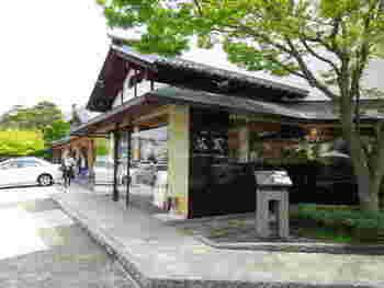 長野電鉄小布施駅から427m、徒歩10分以内の距離に位置する「桜井甘精堂 本店」。