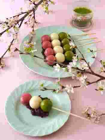 お花見にもぴったりな三色団子。串付きの団子は昔ながらのワンハンドフードですね。ピンクはストロベリーパウダーで、グリーンは抹茶パウダーで着色しています。お豆腐を使っているのでヘルシーなのも嬉しいポイント。