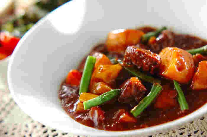 「ごちそうスープ」と言われて真っ先に思いつくのがビーフシチュー。牛肉を前もって赤ワインに漬ける、マリネの工程を行うことで肉がやわらかくなります。肉のエキスが溶け込んだ漬け汁は煮込みに使います。セロリ、パセリ、ローリエを合わせた「ブーケガルニ」を使って本格的な味わいに。