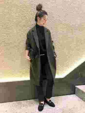 スーツやジャケットスタイルとのコーディネートも楽しめるチェスターコート。キレイめなデザインが魅力的ですが、カーキ色を選ぶことで大人っぽい抜け感がプラスされて、コーディネートを程よくカジュアルダウンできます。洋服や小物をダークトーンでまとめても硬くなりすぎず、上品で洗練された印象に。