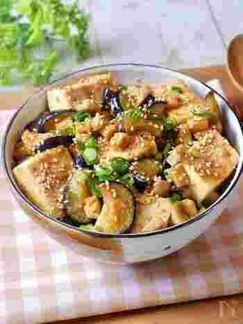 お肉を使っていないので、ボリューミーだけどヘルシーな一品。豆腐が加わることで食べ応えも◎およそ10分で簡単に作れるところも魅力です。