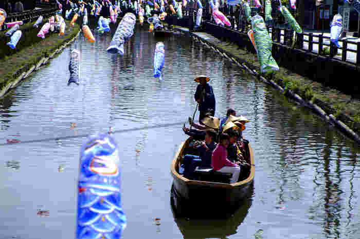 おすすめは「蔵の街遊覧船」です。20分ほどかけてゆっくりと進む舟からは、歩きとは違った景色を楽しめます。また、季節のイベントも開催され、3~5月には「うずまの鯉のぼり」として1151匹もの鯉のぼりが気持ちよさそうに空を泳いでいます。