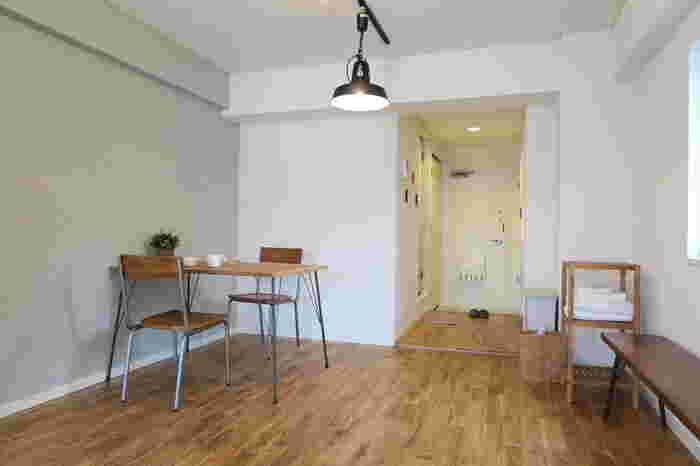 木材の切り出し方によって、表情豊かな模様を楽しめるのが「オーク」。日本では、ナラとも呼ばれ耐水性、耐久性に優れた床材です。その素朴な風合いと、優しい色合いは幅広いインテリアにマッチします。