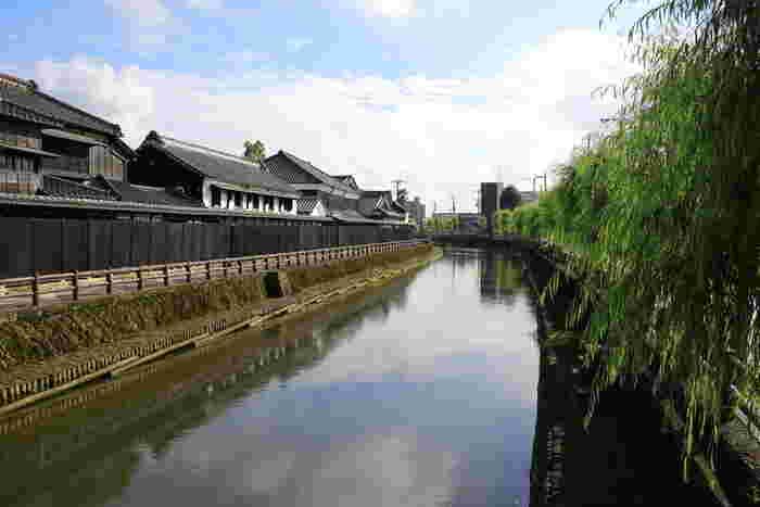 嘉右衛門町通りの中心にある「巴波川(うずまがわ)」は、江戸に材木を運ぶために利用されていました。当時たくさんの品々を取り引きするため川沿いに蔵が建てられ、商人の町として栄えた歴史があります。