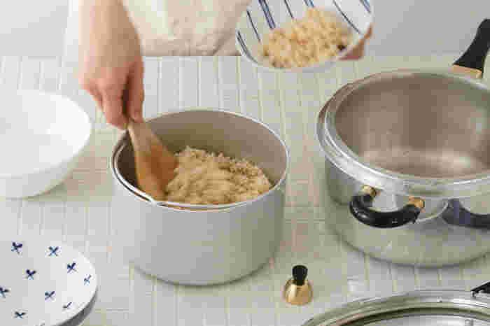 付属の内鍋を使えば、玄米を浸水なしでふっくら炊き上げられます。