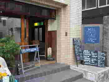 材木座海岸から少し入ったところに位置する「ミルコーヒー&スタンド」。この付近はなんだか下町のような風情がある界隈で、おしゃれなコーヒーショップですが木の雰囲気が不思議と街にもマッチした独自の空気感があるお店です。