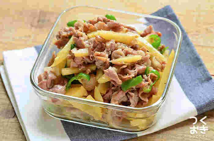 たったの15分で完成する「豚じゃがピーマンの炒め物」。豚肉、じゃがいも、ピーマンなど手軽に揃えられる食材を炒めるだけの簡単レシピなので、お弁当初心者さんにもおすすめです。