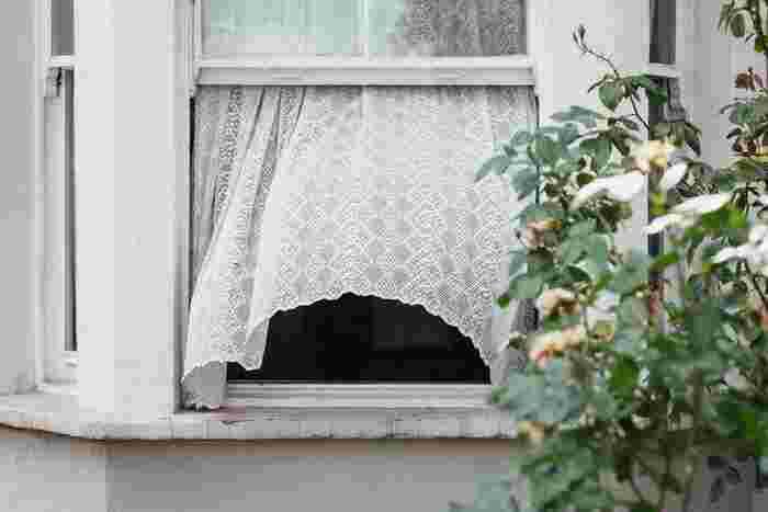 朝に窓を開けたい理由の一つが、換気。夜は窓を締め切っている時間が長くなるので、家中の空気が淀んでいます。そんな空気を入れ替えてリフレッシュ。風水的にも空気は停滞せずに動かした方が良いといわれていますね。