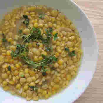 スウェーデンの伝統的な家庭料理である「黄えんどう豆のスープ(ärtsoppa)」。スウェーデンでは、ベジタブルブイヨンを使うなどして、ベジタリアンの方にも人気のレシピです。シンプルながら、しっかり豆の食感を楽しむことができる一品です。