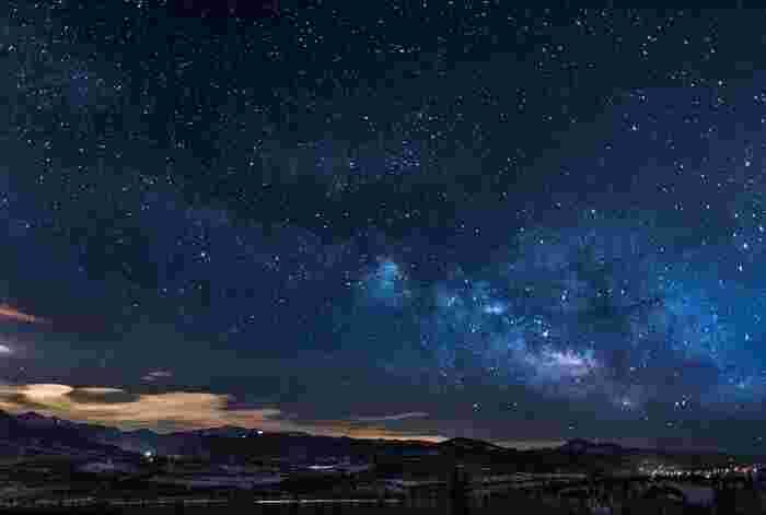 秋は、夜風はひんやりと感じられるようになり、空気が澄んでいることを実感できますよね。そんな秋の夜には天体観測をしてみてはいかがでしょう。天候によっては秋の夜空では4つの星を観ることができます。これは「秋の四辺形」または「ペガススの四辺形」と呼ばれるもの。星が見える場所まで移動しなくても、お家のバルコニーなどから夜空を見上げるだけでも心がすっと軽くなるはずですよ。