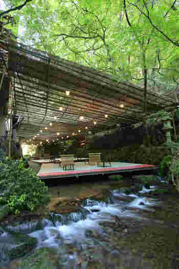 「川床」は広々とした空間で、席と席の間にも十分なゆとりが。川のせせらぎを聴きながら、ゆったりとくつろいで過ごせそう。