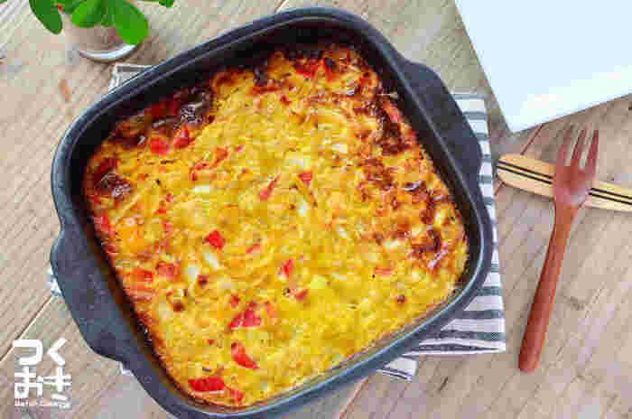 カレー味のオープンオムレツというお子さんも喜びそうなレシピ。中にはお肉と野菜がしっかり入っています。一口サイズに切ってお弁当や前菜に添えるのもおすすめ。