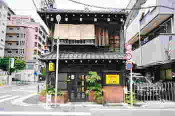 言問通りの上野桜木の交差点の角にある、木造2階建て大正町家の喫茶店『カヤバ珈琲』。