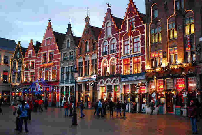 11月の下旬から年明けくらいまで、マルクト広場では毎年クリスマスマーケットも開催されており、街全体が賑わいます。スケートリンクも期間限定でオープンし、地元の人たちが楽しんでいる様子を間近に見ることができます。