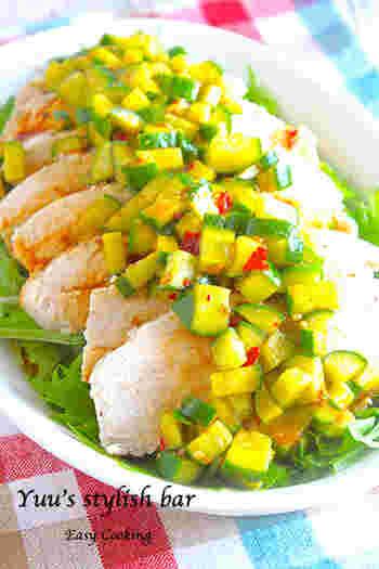 蒸し鶏は、作り置きできるので時間があるときに電子レンジで簡単に調理しておくと便利ですね。キュウリを使ったソースが決め手です。焼肉のたれで深みのある味わいに。