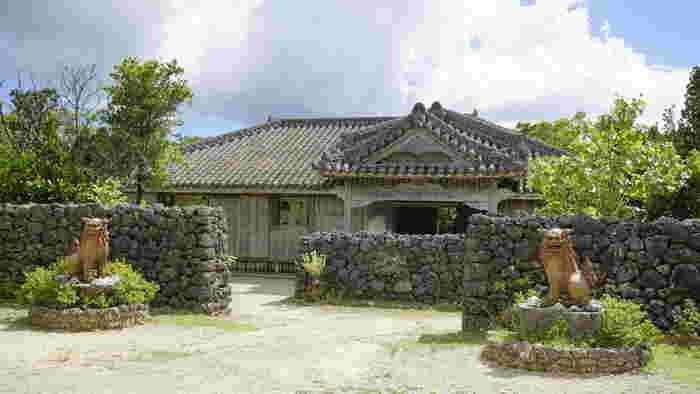 石垣やいま村は、沖縄の原風景でもある石垣に囲まれた赤瓦屋根の家並みを再現したテーマパークです。