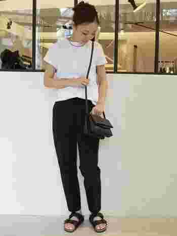 プレーンなデザイン&白×黒の2トーンコーデでシンプルを極めたコーディネート。 足元にサンダルを合わせてカジュアルダウンさせた真似したくなるスタイルです。