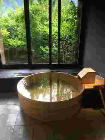 小川屋 別館「ゆらぎ」では、趣の異なる7つの貸切風呂を提供しています。このように外の緑を眺めながら、下呂のお湯を楽しむことも。  「霞~KASUMI~」「菫~SUMIRE~」など、さまざまな種類があるので、お気に入りのお風呂が見つかるはず*