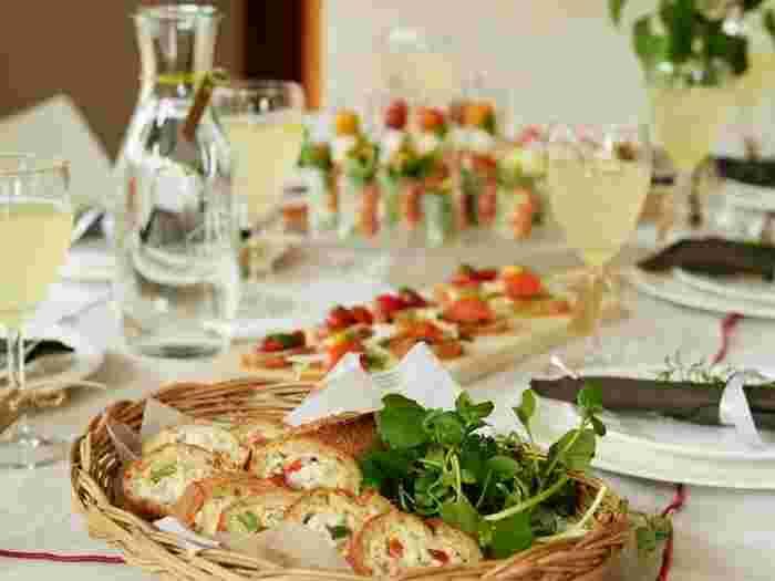 中に美味しい具がたくさん詰まったら、綺麗にカット。切り口が美しく見えるスタッフドバケットはオードブルやパーティ料理とあなたの食卓に彩りを添えることができます。