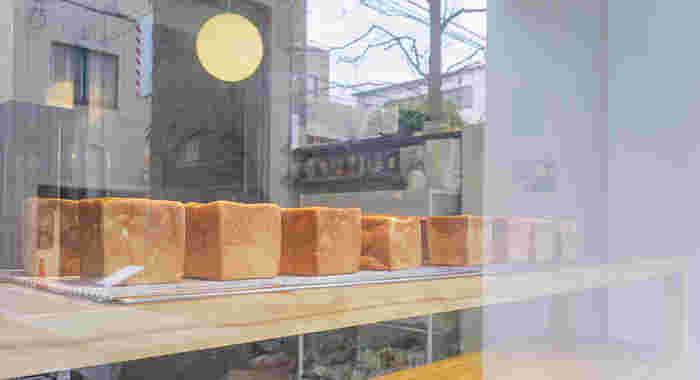 ガラスのショーウィンドウから見えるパンに心踊る瞬間。店内に入ると、ベーカリーの販売コーナーと、イートインコーナーがあります。
