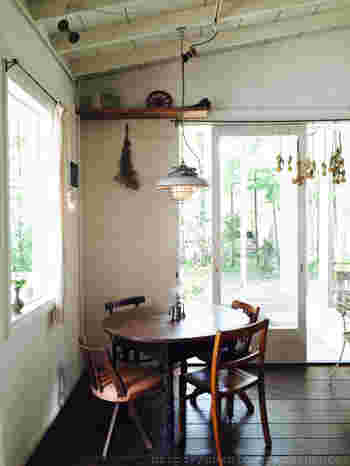 真っ白な壁に真っ白な天井。避暑地らしい爽やかな内装に、シャビーな雰囲気のインテリアがおしゃれです。