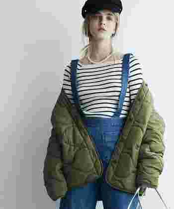 カジュアルなスタイルにはもちろん、キレイ目の着こなしにもマッチするミリタリージャケットのコーディネートをご紹介します。
