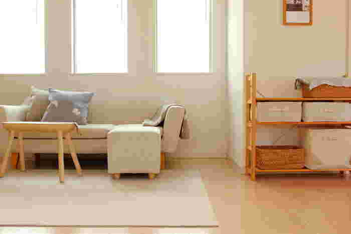 リビングで、くつろぎの場となるのがソファ周り。ゆったりと腰かけたり、寝転んだり…思い思いの姿勢で使うことができるソファは、あると嬉しい大型家具のひとつなのではないでしょうか。