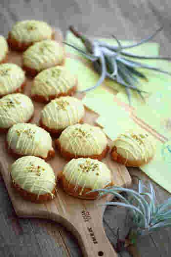 どこか懐かしい味のレモンケーキ。レモンチョコをかけて、砕いたピスタチオをトッピング。可愛くラッピングしてプレゼントにも。