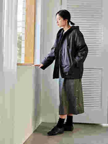 きれいめなシームレスデザインと、カジュアルなキルティングデザインの両方が楽しめます。厚手のニットを着込んでもストレスなく着られる、ゆとりのあるアームホールに、ほどよく肩の落ちたワイドシルエット。裾に施したドローストリングでシルエットに変化をつけることも。