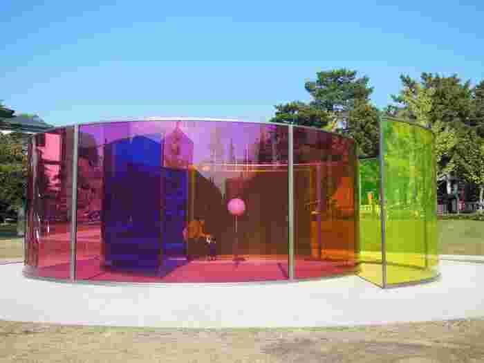 こちらは、オラファー・エリアソンの作品、カラー・アクティヴィティ・ハウス。透明なカラーパネルは、色の重なりや光で異なる表情を楽しむことができます。
