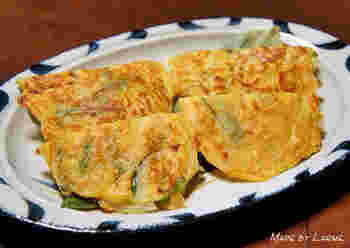 ニラせんべいは、北信地方に伝わるチヂミのような小麦粉の郷土食。薄くてもちもち、具はニラだけ。シンプルですが味わい深い田舎のおやつです。味噌の風味が信州らしさを感じさせます。