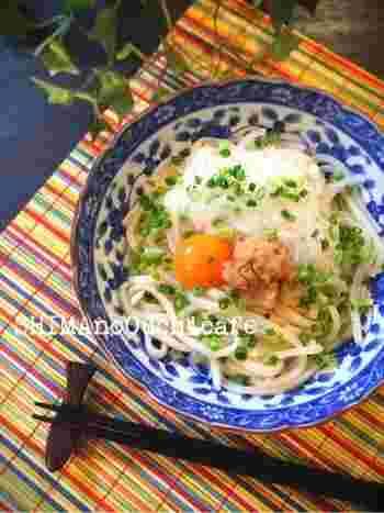 玉ねぎと明太子の組み合わせが意外にもおいしい! のっけて食べるだけの時短ごはんです。 材料は、冷凍うどん、明太子、タマネギ、刻みねぎ、白だし、卵黄