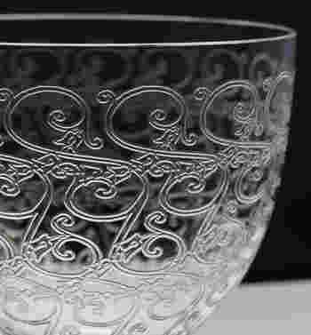 フランスを代表するクリスタルブランド「バカラ (Baccarat)」。1764年設立から250年以上もの長い間、世界中で愛され続けています。「オールドバカラ」と呼ばれるアンティーク・ヴィンテージ品は、現行品に比べて希少価値が高く、コレクターも多いアイテムです。職人の手作業でデザイン彫りがされているため、エッチングの溝が深いのが特徴となっています。