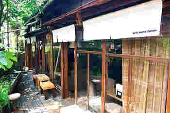 中野坂上駅から徒歩数分。遊歩道沿いに、昭和を感じさせる木造の一軒家が。古民家をリノベしたこちらのカフェは、広々とした店内で、テーブル席やソファー席の他テラス席も。