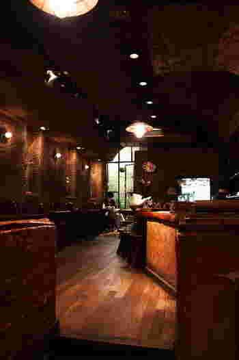 昭和54年「江戸糸あやつり人形劇団 結城座」の劇団員によって作られた喫茶店「COFFEE HALL くぐつ草」は、おいしいコクのあるオールドコーヒーとカレーが人気です。階段を下りて重厚な扉を開けると穴蔵のような空間が広がります。