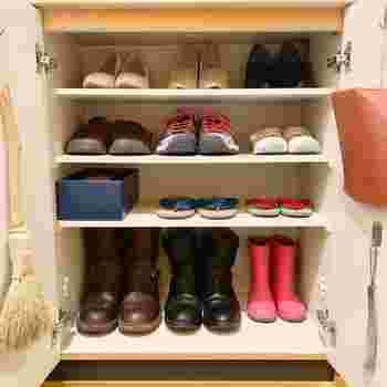 その後、使う頻度が低いものは棚の高い場所、よく履く靴は家族みんながすぐ取り出せる場所へ収納。普段三和土に出しておくのは一人につき一足だけ、というルールを作るなど、玄関まわりは意識して靴の数を制限することですっきり片付きます。