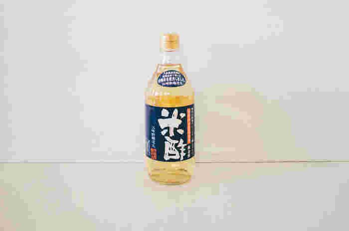 江崎酢醸造元の米酢は、九州筑後平野の緑豊かな地が育んだ老舗ならではの逸品。八女農業高校の専用農園で生徒さんが栽培実習した無農薬の合鴨米を原材料に、独自の酵母でじっくりと醸したお酢です。 コク深さと、やわらかな香りが特徴的で、酸味がまろやか&フルーティーなので、酸っぱいのが苦手な人にもおすすめです。
