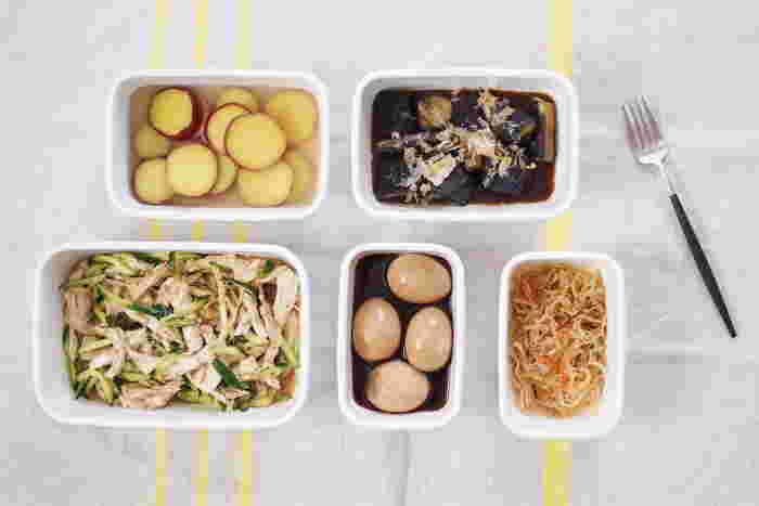 また、琺瑯は表面がガラス質でできているため細菌が繁殖しにくく、酸や塩分といった食材の性質による科学変化などが無いのも特徴です。冷蔵庫での保存は勿論、冷凍庫での保存も可能なので、常備菜や作り置きの保存用として、サイズ違いでいくつあっても大活躍です!