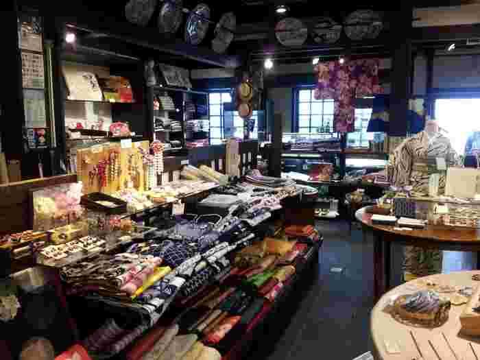 天井が高く広々とした店内には、所狭しと彩り豊かな和雑貨が並びます。柄も伝統的なものはもちろん、和モダンなオシャレな柄もあり、好みに合わせて選べるのも嬉しいですね。アンティーク着物や和風のアクセサリー、キーホルダーなどセンスの良い商品がたくさんあり目移りしてしまいます。趣ある香りの「お香」も人気です。