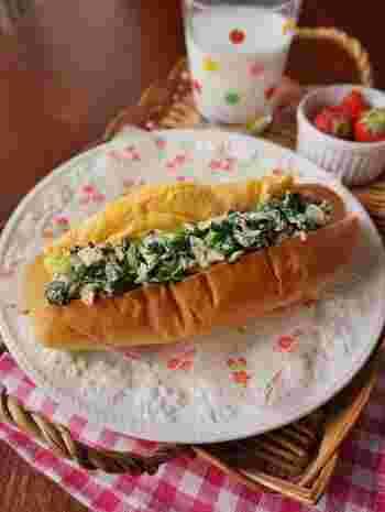 小松菜とツナのヘルシーサラダにオムレツでボリューム感をアップさせたコッペパンサンド。黄色とグリーンの色合いも食欲をそそり、野菜嫌いな子供でも美味しく食べてくれそう。