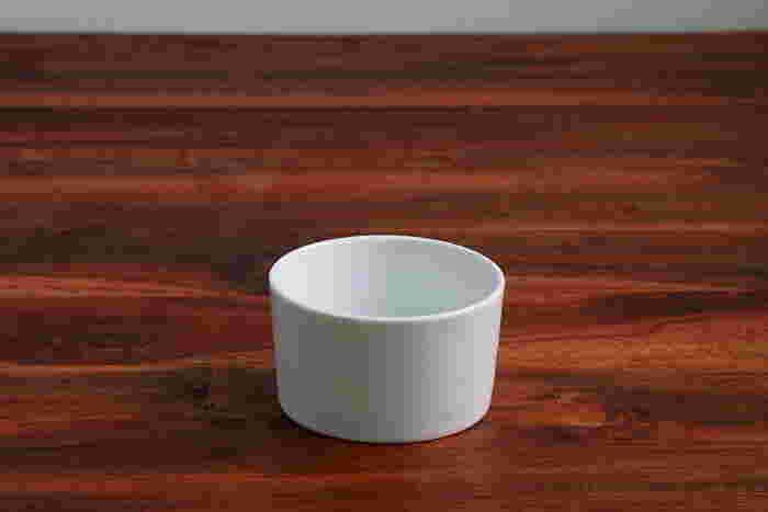 電子レンジやオーブンで使用できるココット皿は、グラタンのようなオーブン料理に使用できます。また、ちょっとしたおつまみやピクルス、サラダを盛りつけて、大皿にのせればたちまちカフェ風に!ディップソースを入れるのもおすすめです。