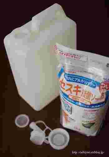 重曹と同じくアルカリ性のナチュラル洗剤であるセスキ炭酸ソーダ。重曹よりアルカリ性が強いため、油汚れを効率よく落としてくれます。水に溶けやすいのでつけおき洗いするのにぴったり。拭き掃除にもおすすめなので、ガスレンジ全体を拭き上げたい時にセスキを使ってみて。