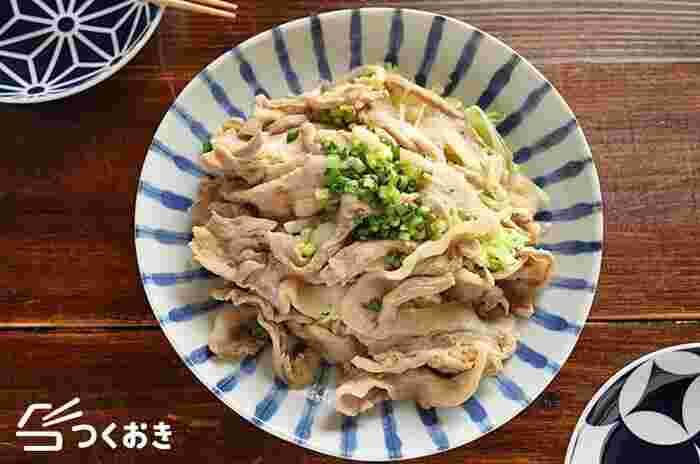 豚バラに癖になるウマダレをもみこみ、たっぷりのキャベツと一緒に蒸したガツガツ食べられる簡単レシピです。切った食材を耐熱ボウルに入れて電子レンジでチンするだけ。あっという間に完成しますよ。