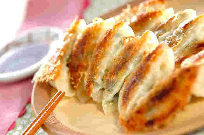 春キャベツをたっぷり入れた焼き餃子はキャベツの甘みがうれしい1品。こんがりジューシーな餃子は、春キャベツが4人前で1/2個入っているので、ヘルシーで何個でも食べれちゃう。