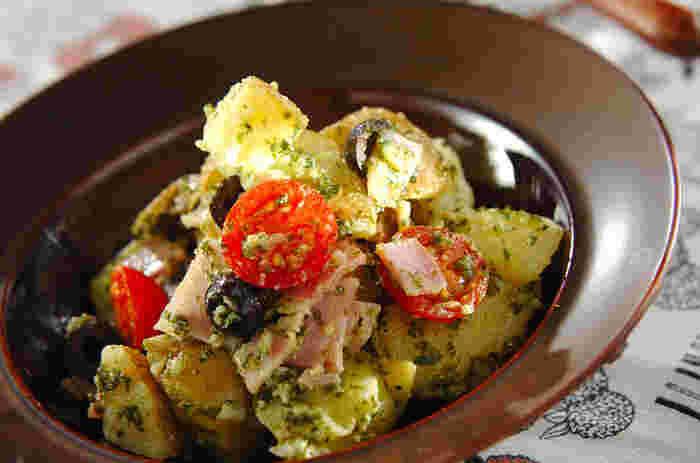 ポテトをメインにしたジェノベーゼ風のサラダ。ポテトサラダに混ぜても美味しそう。大葉ジェノベーゼを使ったレシピは、色味が寂しいお弁当に入れても彩りがよくなりますね。