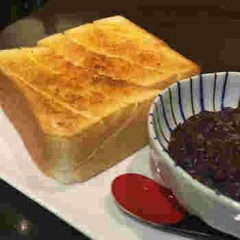 老舗和菓子店「浪越軒」に併設された「なみこし茶屋」の小倉トースト。とっても厚切りで食べ応えがありそうですね。あんこは別添えで出てくるようです。