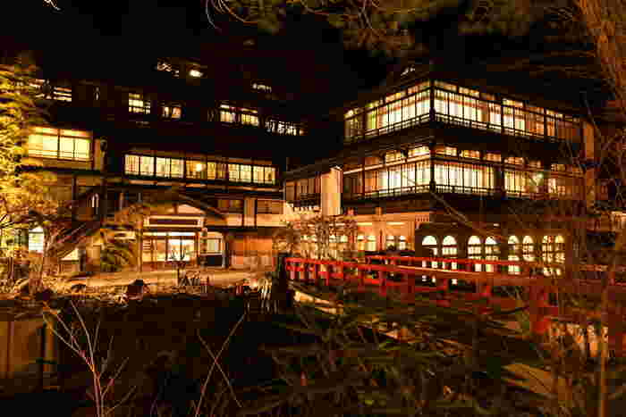この佇まいを見ただけで、油屋を思い浮かべる方も多いのではないでしょうか?群馬県の四万温泉にある「積善館(せきぜんかん)」は、1691年(元禄4年)から続く由緒ある旅館。赤い橋と共にライトアップされた建物は、映画のセットのよう。昼間もステキですが、夜はいっそう趣きを感じます。日帰り利用もできるので、気軽に立ち寄ってみてはいかがでしょうか?