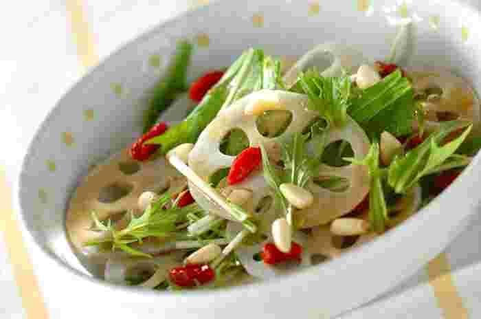 こちらのレンコンサラダは、薬膳料理に使われるクコの実や松の実などを加えたヘルシーな一品。白いレンコン・グリーンの水菜・赤いクコの実の彩がとっても綺麗。見た目も華やかな中華サラダは、おもてなし料理にもぴったりです。